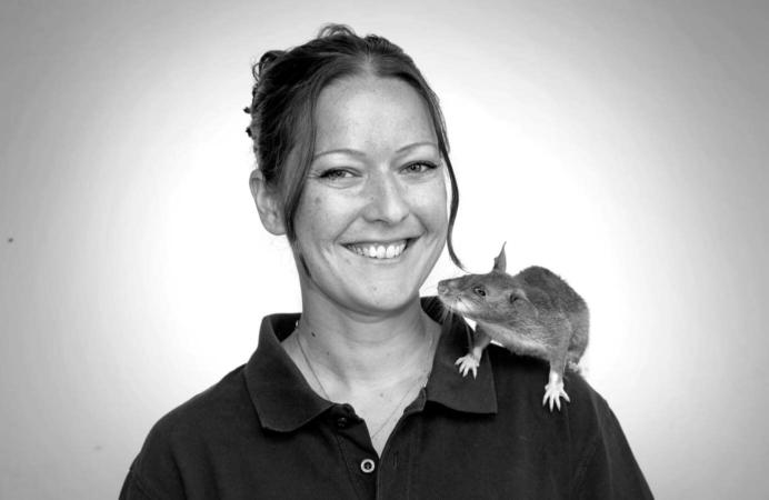 La docteur Cindy Fast, chargée de la recherche et du dressage d'APOPO, un élevage de rats démineurs