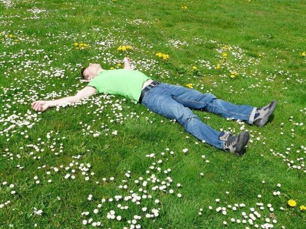 Homme allongé sur de l'herbe